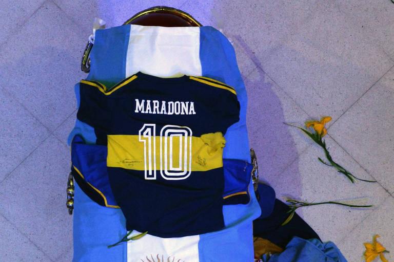 Caixão de Diego Maradona com camisetas da Argentina e do Boca Juniors durante velório na Casa Rosada