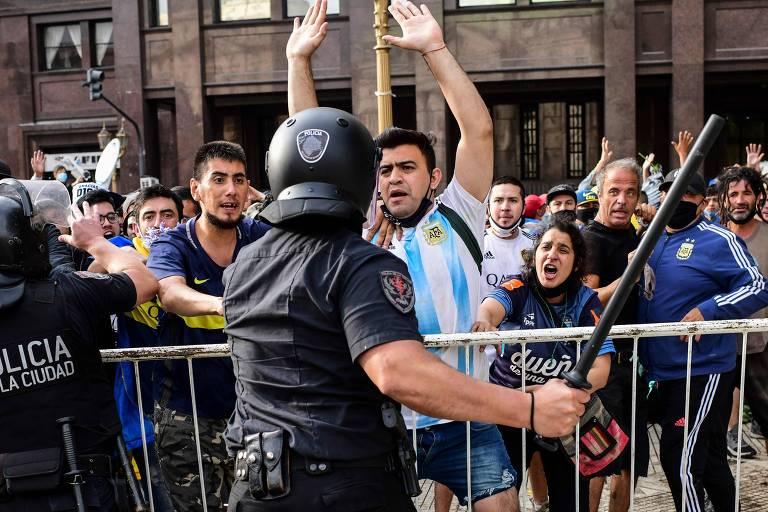 As aglomerações na fila do lado de fora da Casa Rosada causaram conflitos entre fãs de Maradona e policiais