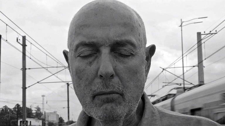 O cineasta Hector Babenco fecha os olhos em cena do documentário 'Babenco – Alguém Tem que Ouvir o Coração e Dizer: Parou', dirigido por Bárbara Paz