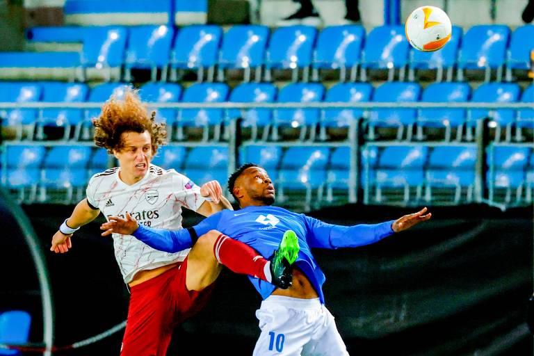 O zagueiro David Luiz, do Arsenal, disputa a bola com Leke James, do Molde, em partida na Noruega pela Liga Europa