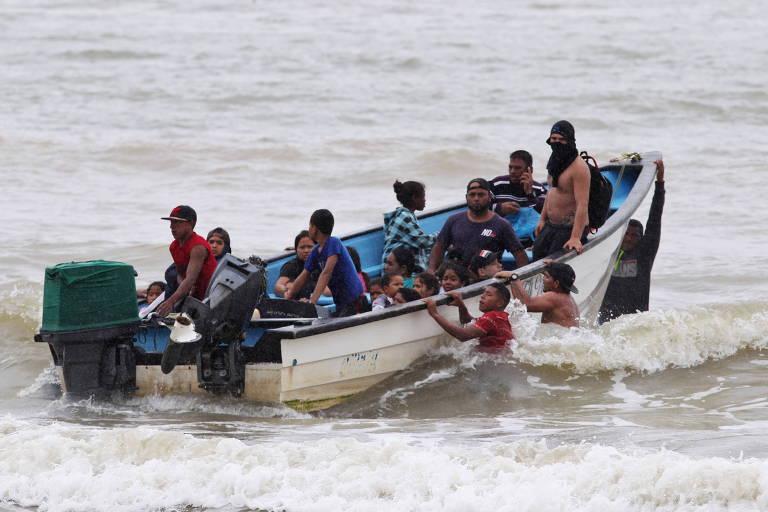 imigrantes em um bote
