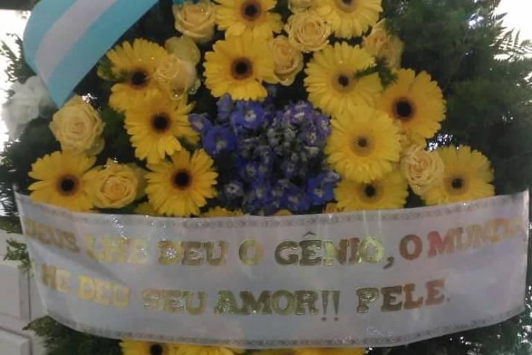 Pelé exalta genialidade de Maradona em coroa de flores