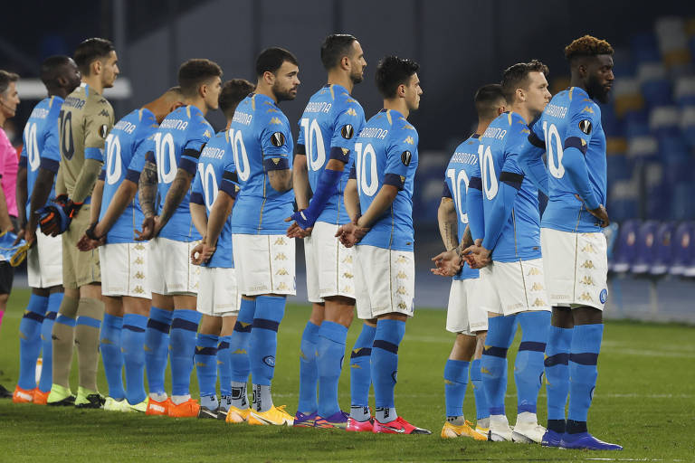 Jogadores do Napoli vestindo a 10 de Maradona antes de partida pela Liga Europa