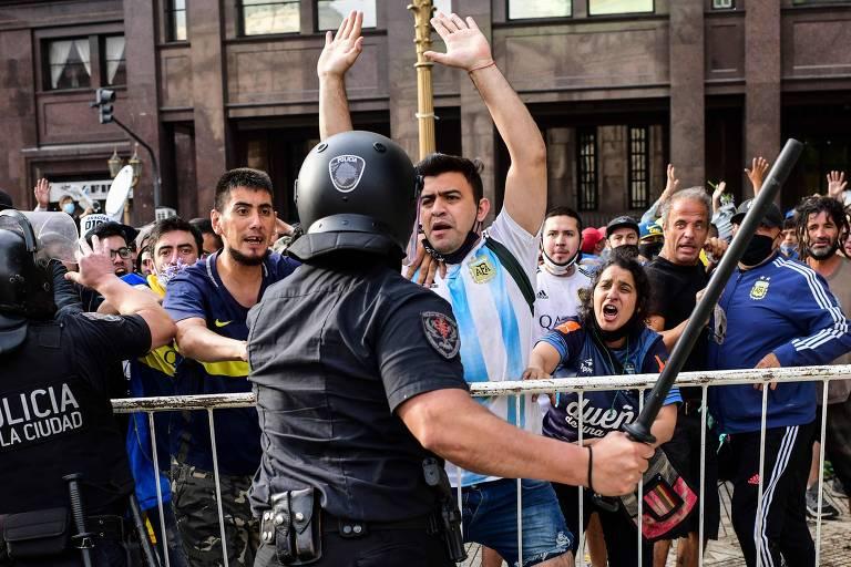 Policiais e fãs de Maradona viveram dia tenso na Casa Rosada