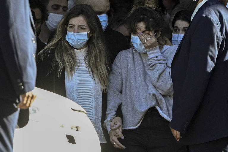 Filhas de Diego Maradona, Dalma (à esq.) e Giannina deixam a Casa Rosada