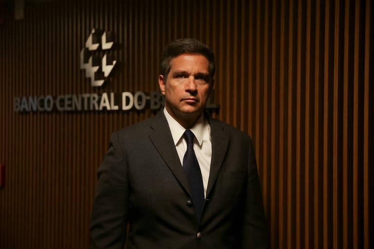 O presidente do Banco Central do Brasil, Roberto Campos Neto, posa em frente ao nome da autarquia