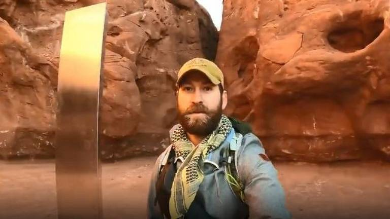 Após um usuário do Reddit postar suposta localização do monolito, David Surber pegou o carro na madrugada e foi para o meio do deserto