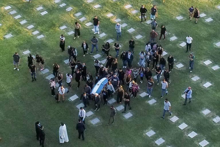 Caixão com corpo de Diego Armando Maradona é levado para o enterro no Jardim Bella Vista