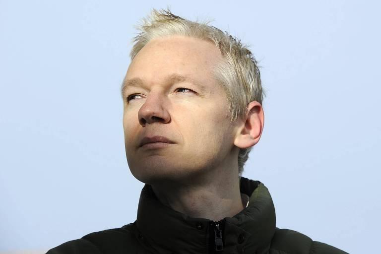 Julian Assange, fundador do WikiLeaks, durante entrevista coletiva na parte externa do Ellingham Hall, em Norfolk