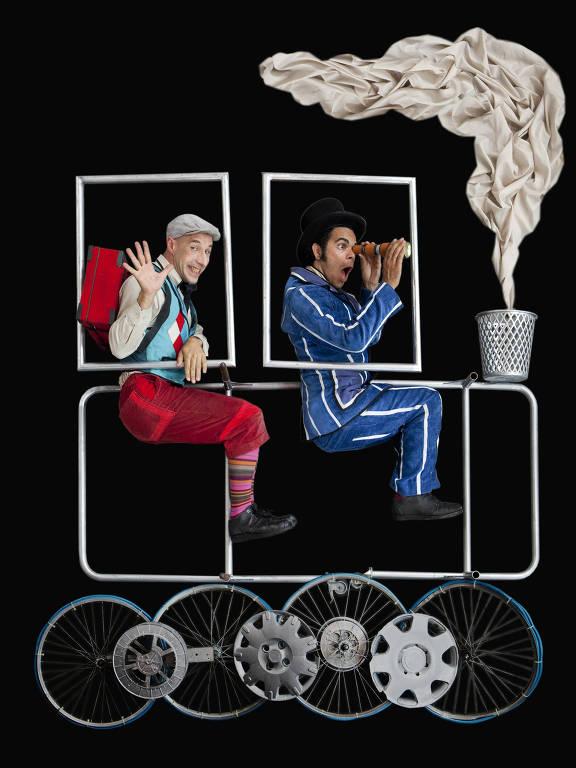 Dois atores sentados em uma locomotiva estilizada, feita apenas com tubos e pneus de carros e bicicletas; a chaminé é uma lata de lixo e a fumaça, um lençol esvoaçante