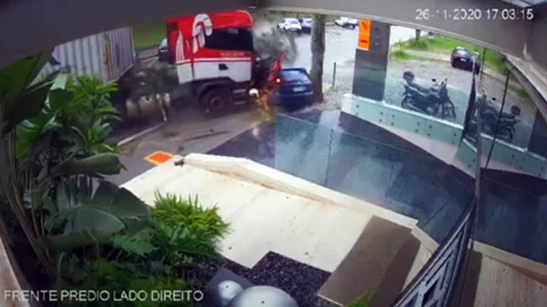 Caminhão perde controle na rodovia Castelo Branco e atinge ao menos dez carros; veja fotos de hoje