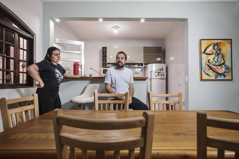 Natália Szermeta com Guilherme Boulos, na casa onde vivem na zona sul