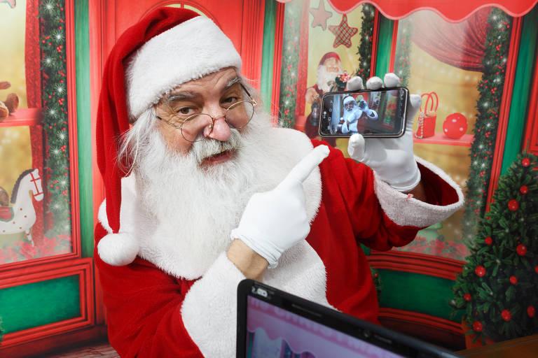 Papai Noel grava vídeos em casa