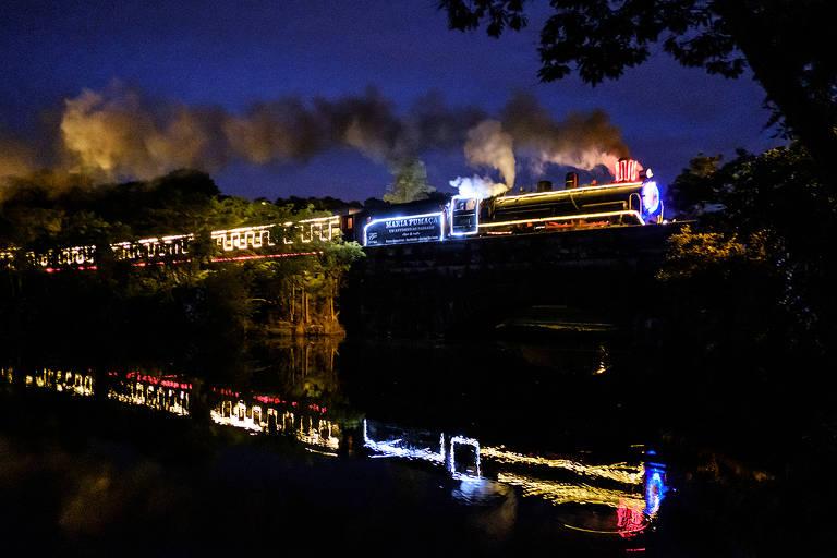 Trem iluminado para passeio de Natal