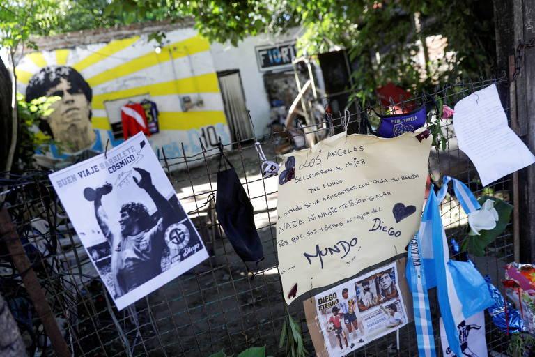 Altar criado por fãs em frente a casa onde Maradona viveu sua infância