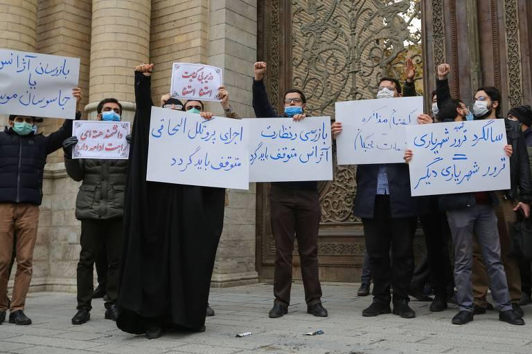 Estudantes protestam em frente ao Ministério das Relações Exteriores, em Teerã