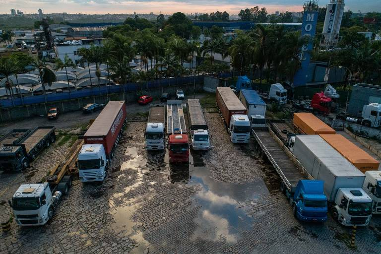 Categoria dos caminhoneiros surfa aumento de exportações de commodities e boom da logística, com expansão das vendas online; na foto, caminhões parados em posto de gasolina da Dutra, em Guarulhos