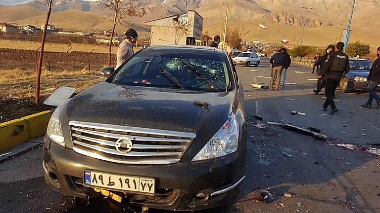 Imagem divulgada pela TV estatal do Irã mostra carro onde estava o cientista Mohsen Fakhrizadeh, alvejado enquanto dirigia nos arredores de Teerã na sexta (27)