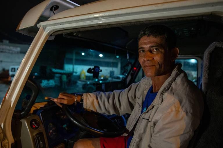 Categoria dos caminhoneiros surfa aumento de exportações de commodities e boom da logística, com expansão das vendas online; na foto, Sandro Oliveira, 47, caminhoneiro, dentro do seu caminhão em posto de gasolina da Dutra, em Guarulhos