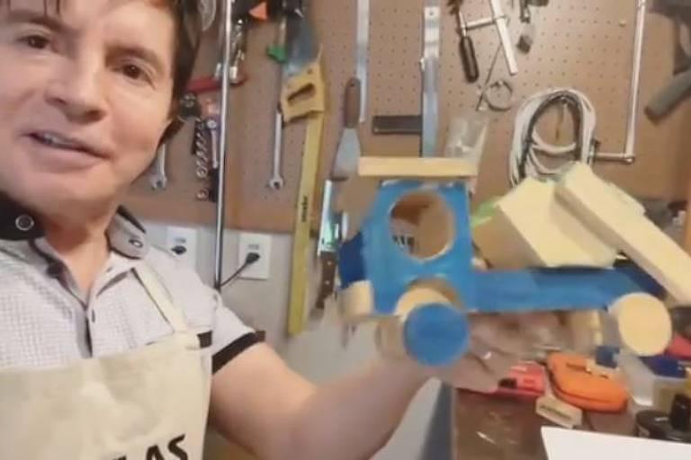 Xororó exibe brinquedos que fez para os netos