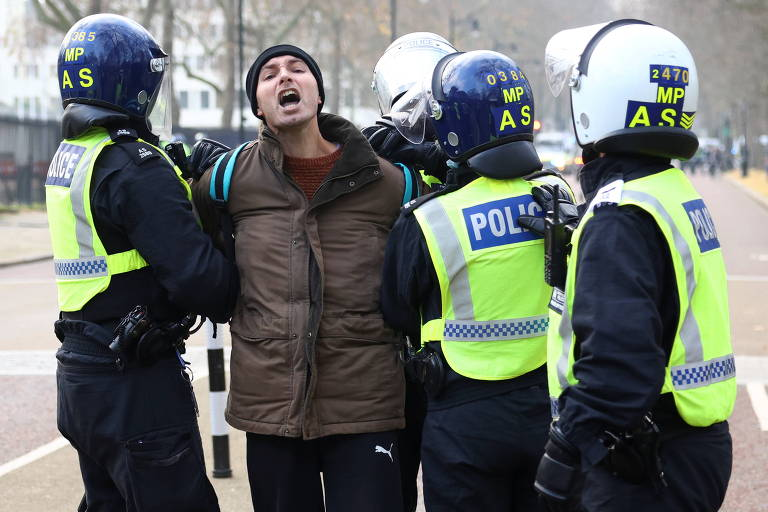Policiais britânicos detêm manifestante contrário ao confinamento durante protesto em Londres