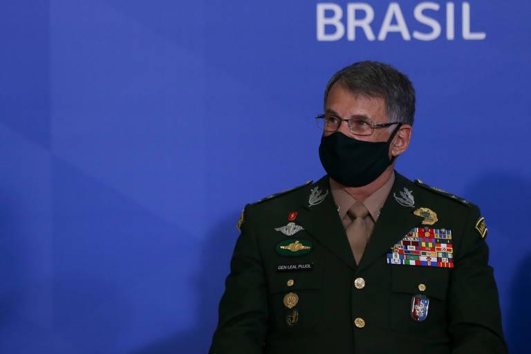 De máscar e farda, o comandante do Exército Edson Leal Pujol