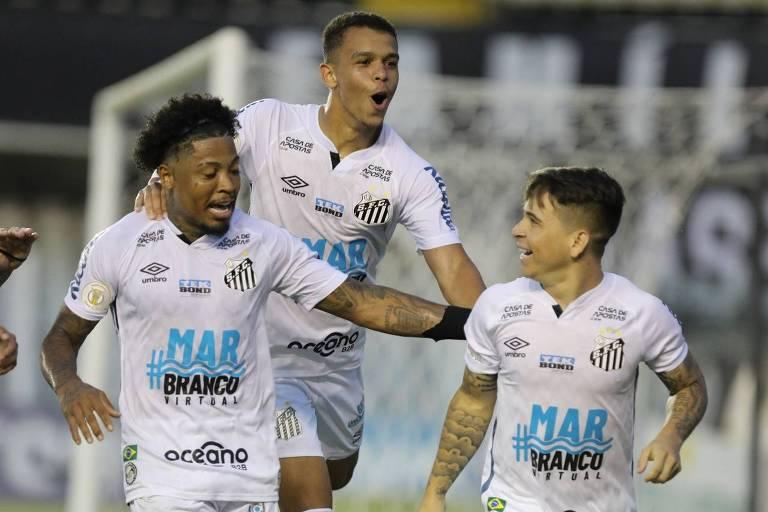 Marinho, Sandry e Soteldo celebram gol do Santos contra o Sport pela 23ª rodada do Brasileirão, na Vila Belmiro