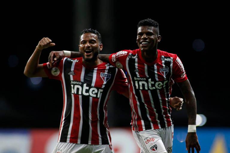 Reinaldo e Arboleda comemoram o segundo gol do São Paulo contra o Bahia