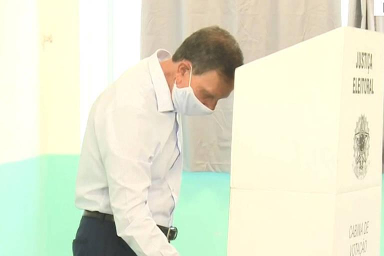 Marcelo Crivella (Republicanos) durante votação na manhã deste domingo, no Rio de Janeiro