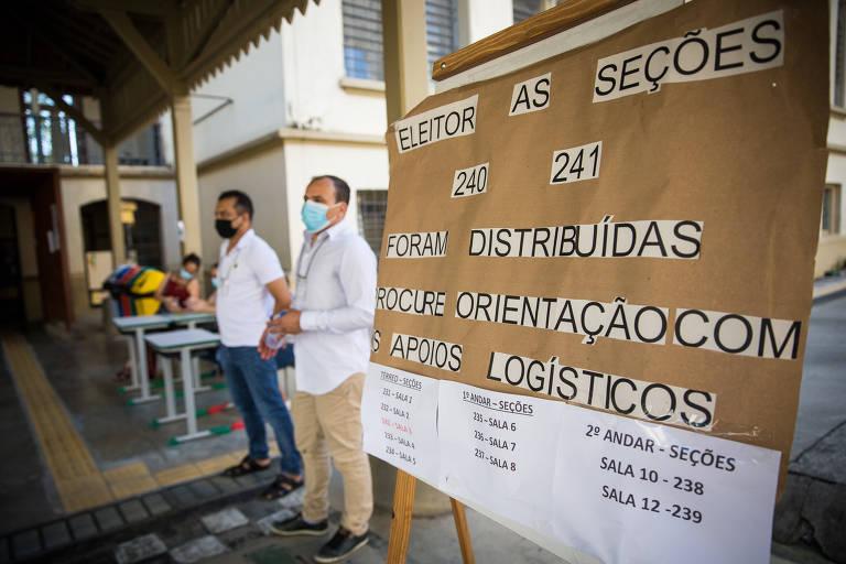 Movimentação de eleitores, na Escola Estadual Conselheiro Antônio Prado, região central, durante a votação do segundo turno em São Paulo