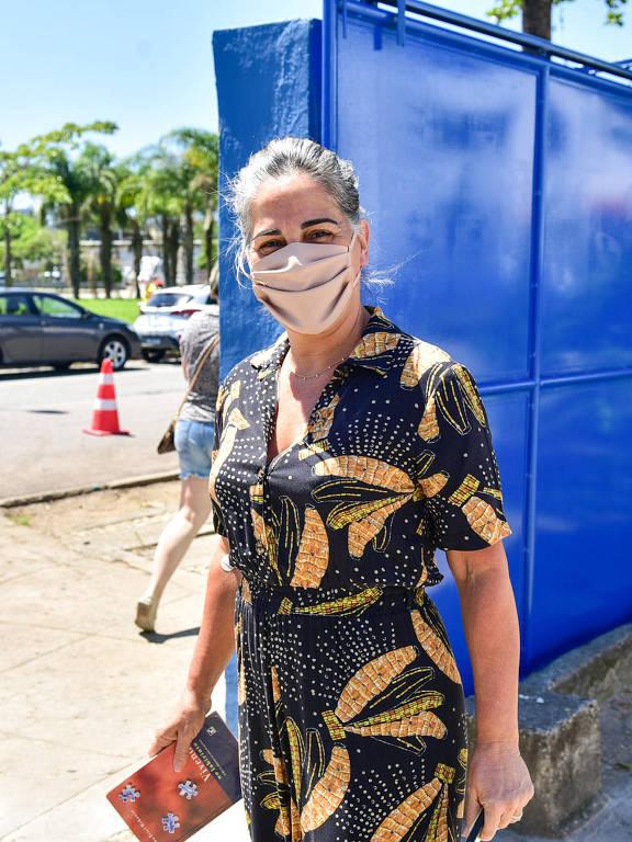 Glória Pires vota no segundo turno das eleições municipais em escola da Barra da Tijuca no Rio de Janeiro