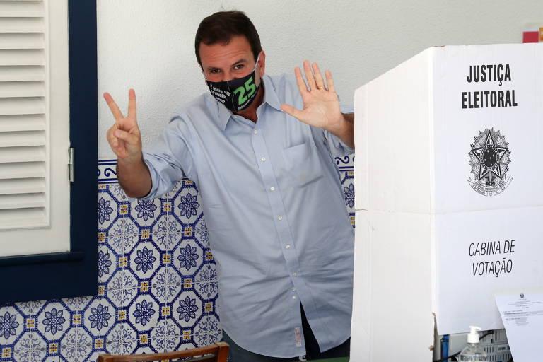 Eduardo Paes posa em urna eletrônica