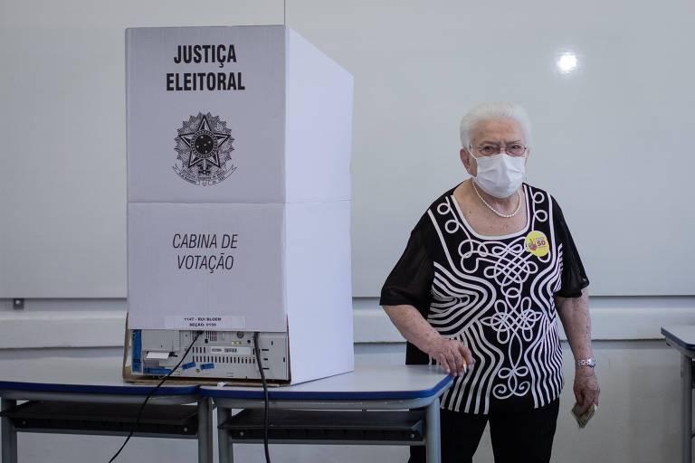 A candidata á vice prefeita na chapa do PSOl,  Luiza Erundina, vota em colégio no bairro da Saúde, em São Paulo