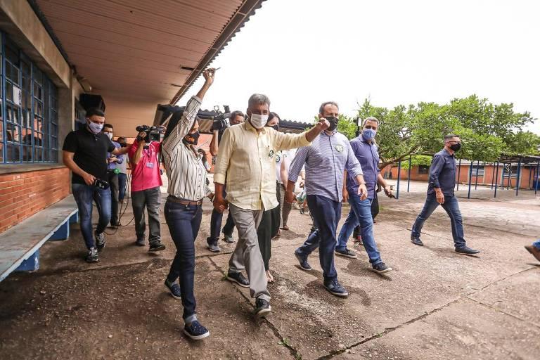 Sebastião Melo (MDB) no Colégio Paraíba, zona sul de Porto Alegre, onde votou no início da tarde deste domingo, 29 de novembro
