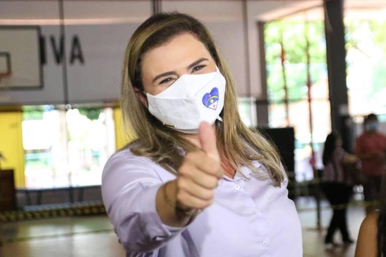 Candidata a prefeita do Recife, Marília Arraes (PT), realiza votação no Clube Alemão em Recife (PE), neste domingo (29)