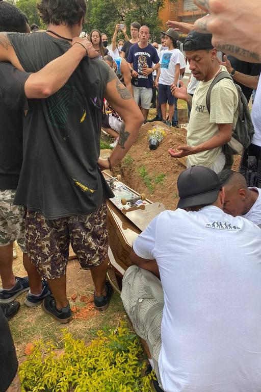 Corpo de NegoVila é enterrado junto ao seu skate no cemitério da Lapa, na zona oeste da capital paulista, na tarde deste domingo (30)