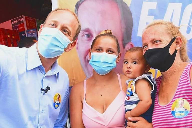 Rodrigo Manga com apoiadoras durante a campanha em Sorocaba