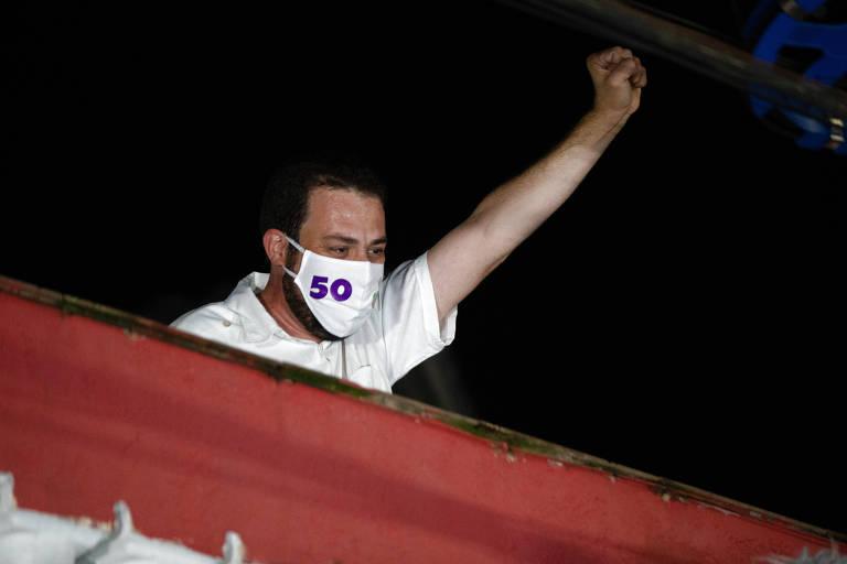 Guilherme Boulos aparece na varanda de sua casa, no Campo Limpo, ao final do dia, após o resultado do segundo turno