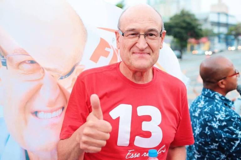 De camisa vermelha com o número 13, Filippi faz sinal de positivo