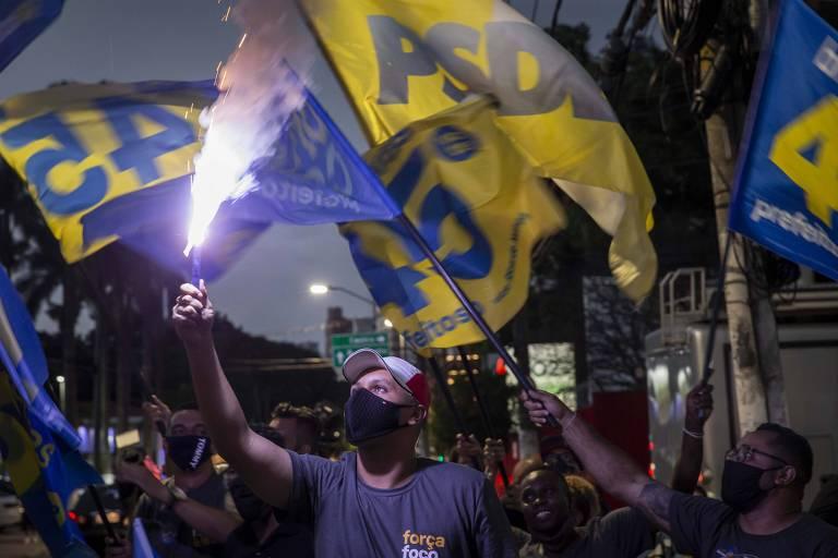 Tucanos comemoram vitória de Bruno Covas na noite deste domingo (29), em São Paulo
