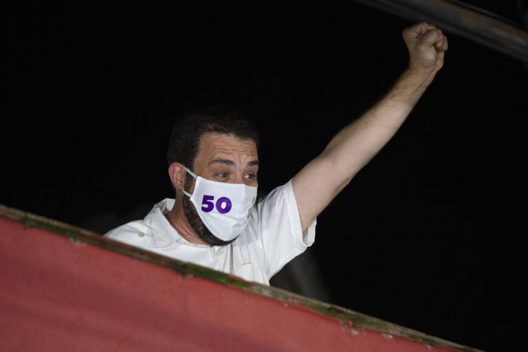 Guilherme Boulos (PSOL) aparece na varanda de sua casa após reconhecer derrota na eleição para a Prefeitura de São Paulo