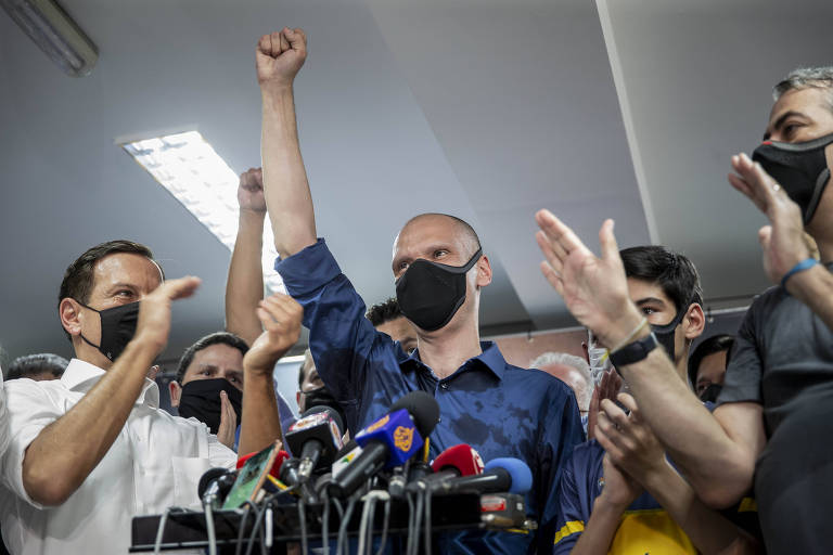 O prefeito Bruno Covas (PSDB) comemora a vitória nas eleições da cidade de São Paulo junto de seus eleitores