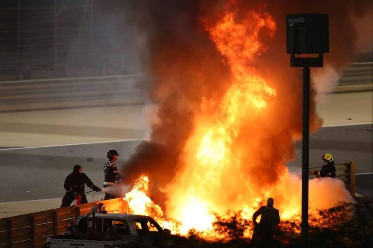 Carro de Grosjean explode e pega fogo após batida forte no guard rail