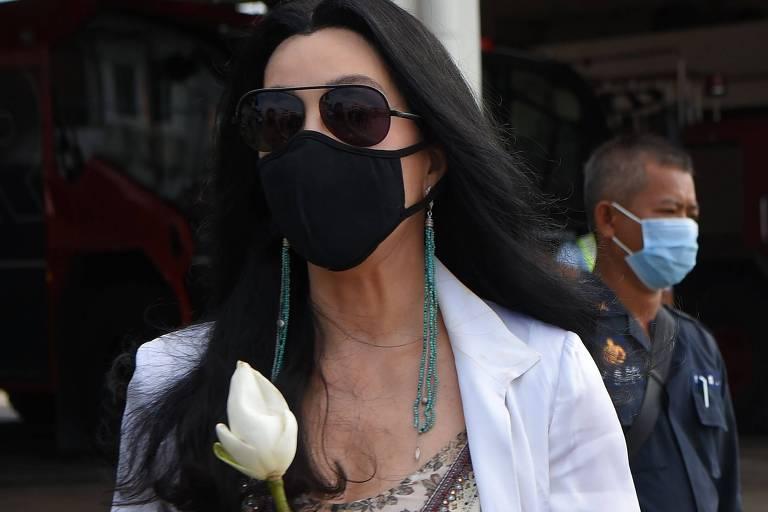 A cantora pop americana Cher segura uma flor enquanto espera para cumprimentar o elefante asiático Kaavan em sua chegada ao Camboja, vindo do Paquistão, no Aeroporto Internacional de Siem Reap em Siem Reap