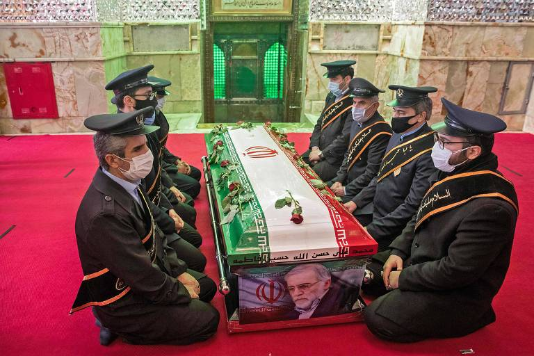 Membros das forças iranianas rezam em torno do caixão do cientista nuclear Mohsen Fakhrizadeh, durante cerimônia em Teerã