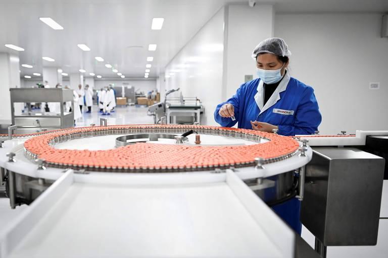 Funcionário em fábrica da Sinovac em Pequim, na China, que será visitada por técnicos da Anvisa
