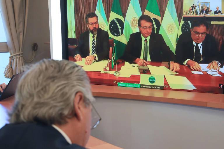 Presidente argentino conversa, por videoconferência, com Bolsonaro, que está cercado pelo ministro das relações exteriores, Ernesto Araújo, e o secretário de Assuntos Estratégicos da Presidência, Flávio Rocha