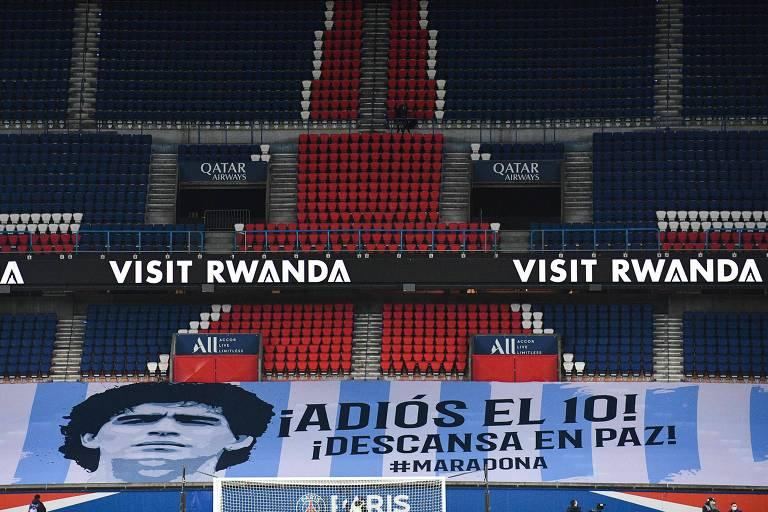 Faixa em homenagem a Maradona no estádio Parque dos Príncipes, em Paris, antes de PSG x Bordeaux