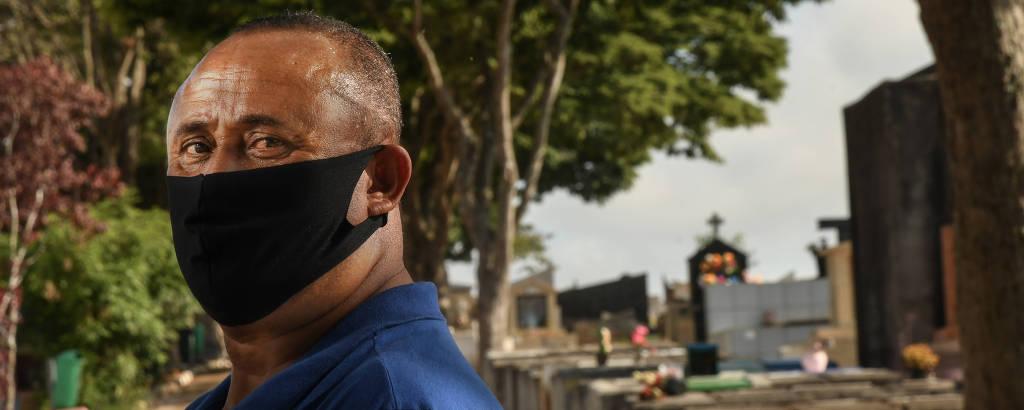 Primeiro ano da Tragédia de Paraisópolis: Reinaldo Cabral de Moraes, 53, pai de Gabriel, no cemitério em que seu filho está enterrado