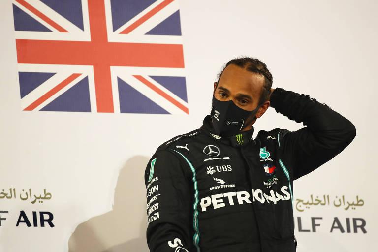 Lewis Hamilton no pódio do GP do Bahrein, no domingo (29)